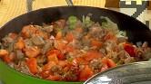 Оставяме ястието да къкри на бавен огън, докато оризът поеме течността. Когато водата изври, поръсваме обилно със суха мащерка и сервираме.