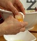 Към получената смес добавяме двата жълтъка, поръсваме със сол и натриев глутамат, разбъркваме добре.