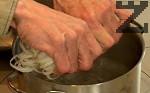 Варим спагетите за 4 мин. в подсолена вода