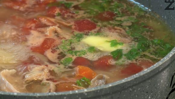 От свареното пиле се маха кожата, месото се отделя от костите и нарязва на едри парчета. Връща се в тенджерата и се добавят едро нарязани листа магданоз и целина. Варят се няколо минути. Накрая се слага масло и пилешкото варено е готово за сервиране.