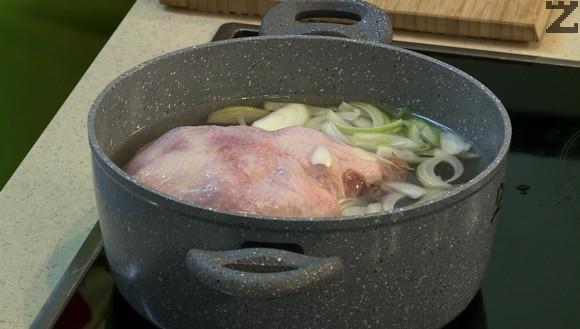 Пилето се почиства и измива. Слага се в тенджера. Залива се със 2.5л. студена вода и посолява. Лукът се нарязва на полумесеци и добавя в тенджерата. Загрява се докато кипне и се отпенва. Вари се 15 минути.