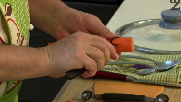 Морковите се оформят с декорирчща лъжичка на цилиндърчета или нарязват на колелца.