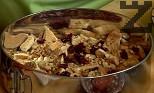 Поръсваме ги с малко студено прясно мляко, счукани орехи, парченца кайсии, парченца боровинки и едро начупен шоколад.