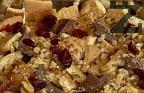 Отново редим начупени бисквити, шоколад, прясно мляко, орехи, сушени плодове. Завършваме с останалия крем.