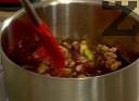 В тенджерка слагаме захарта да се карамелизира, като в началото не разбъркваме. Когато се получи светъл карамел, изсипваме ядките. Изчакваме на умерен огън захарта да се доразтопи.