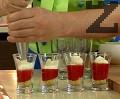 Пълним малки чашки за шотове в следната последователност – крокан, ягоди, розичка маскарпоне и отново крокан.
