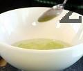 Обелваме краставицата и я нарязваме на много тънки кръгчета. Добавяме захар, оцет, щипка черен пипер, щипка сол.