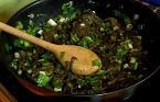 Попарваме лапада, нарязваме го на дребно. Наситняваме лука и чесъна. Запържваме зеленчуците в загрятата мазнина.