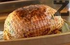 Прехвърляме го в тава. Поливаме го с мазнината от тигана, печем около 35-40 мин. на 180 градуса. Добре е месото да остане сочно, с розов цвят в средата.