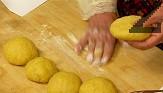 Постепенно слагаме цялото количество брашно, замесваме меко тесто. Разделяме го на 5 части, които оставяме да починат за 30 мин.
