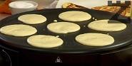 Вземаме един черпак от готовата смес и пържим малките палачинките по 2-3 мин. от всяка страна.
