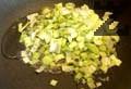 Приготвяме плънката. Нарязваме праз лук на ситно и го задушаваме в олио. Накълцваме лапад и го запържваме заедно с праза.