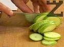 Режем тиквичките на колелца с дебелина 1/2 пръст.