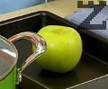 В една тавичка запичаме цялата ябълка, без да я белим.