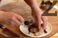 Разрязваме пъдпъдъка на две. Мариноваме го в соев сос, чесън и риган. Месото престоява 6 часа в маринатата.