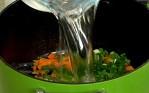 Нарязваме лука и чесъна на дребно, добавяме ги към моркова. Заливаме с 4-5 в.ч. хладка вода, посоляваме. Оставяме да поври 15 мин.