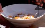 В дълбока чиния слагаме морковите, а отгоре малко от соса. Прибавяме стафиди и разбъркваме.