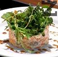 В чиния за сервиране слагаме ринг, поставяме вътре от салатата. Гарнираме с рукола и няколко капки меласа от нар. Желателно е преди консумация да държим салатата в хладилник.