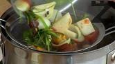 Варим зеленчуците на много бавен огън за около 20-30 мин., прецеждаме отново супата, като леко намачкваме продуктите, за да се отцедят добре. Връщаме бульона отново на котлона и изчакваме да заври.