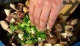 След това прибавяме нарязаните на кубчета гъби, заедно с наситнените пресен лук и чесън. Поръсваме със сол и пипер меланж.