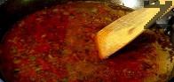 След като изври соса, слагаме нишестето, разтворено в 3 с.л студена вода. Овалваме месото в соса.