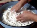 Замесваме твърдо тесто от кваса и пюрираната смес.