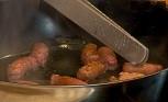 Нарязваме месото на пържолки, а наденицата – на едри парчета. Изпържваме ги в сгорещеното олио за 4-5 мин. от всяка страна. Поставяме ги в гювече, подправяме със сол и черен пипер.