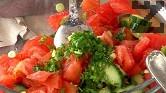 Премахваме семките на домата, подправяме го с малко чесън, магданоз и сол.