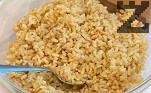 В гъбения бульон сваряваме предварително измития и почистен кафяв ориз, отцеждаме и оставяме ориза да изстине напълно.