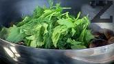 Нарязваме на едро зелените подправки, прибавяме ги към мидите.