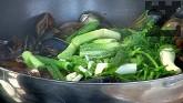 Наливаме виното и рибния бульон, прибавяме нарязания на дребно чесън.