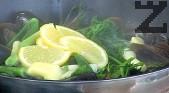 Посоляваме, нарязваме на кубчета лимона заедно с кората. Слагаме бучката масло, варим под капак за около 2-4 мин.