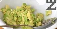 Обелваме авокадото и го нарязваме на дребни кубчета. Слагаме авокадото в купичка, отгоре поръсваме със сол, бял пипер и няколко капки лимонов сок, разбъркваме.