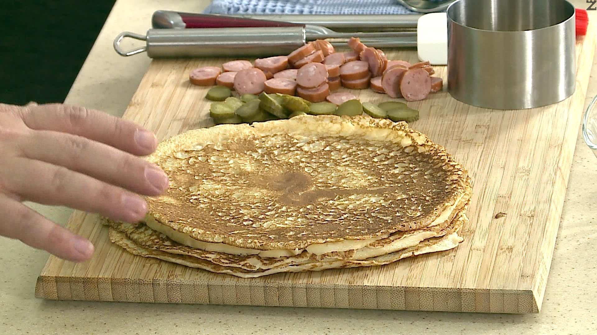 В намаслен тиган се изпичат палачинки.