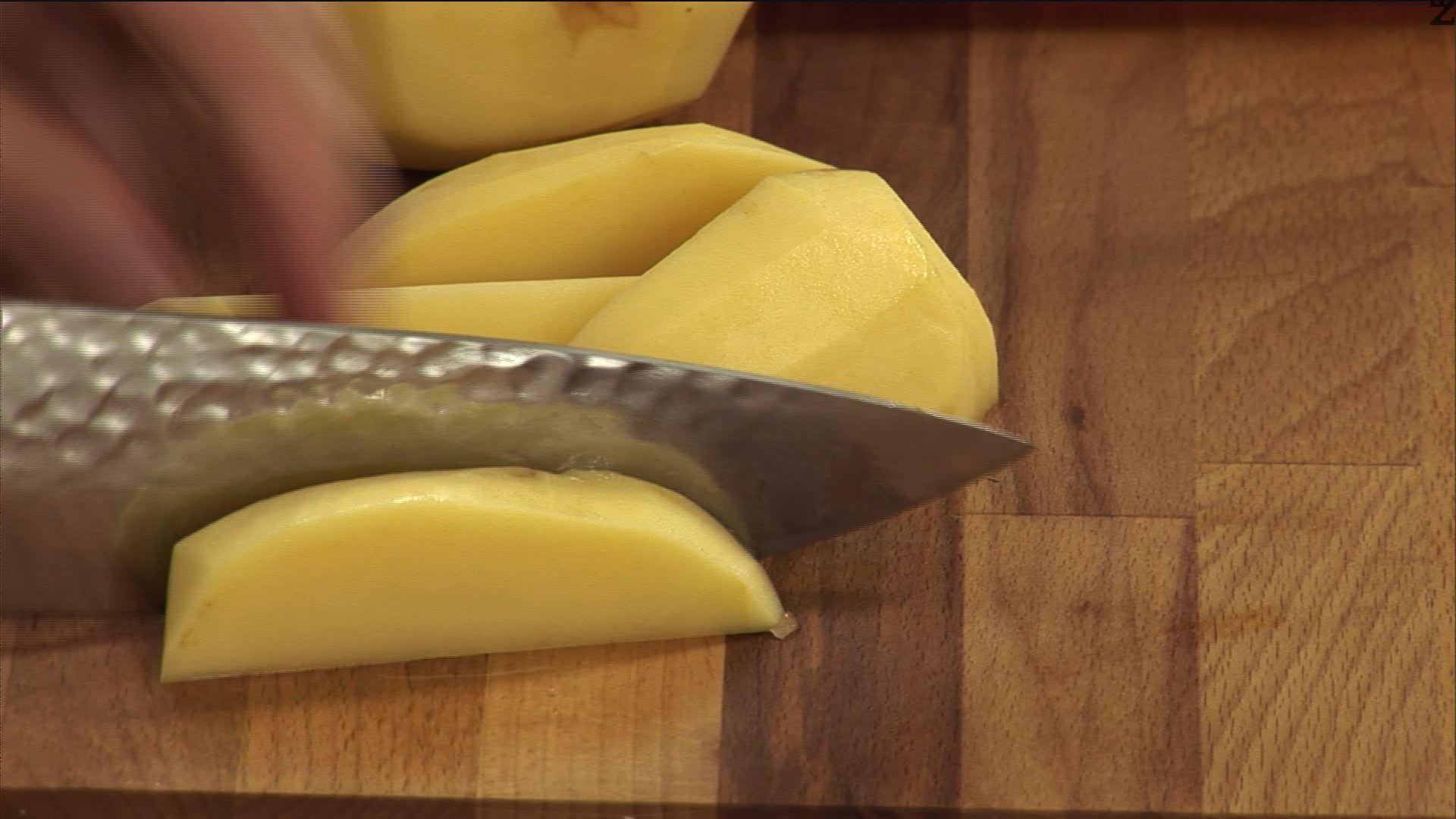 След като месото се е сварило, нарязваме картофите на сегменти/осминки.