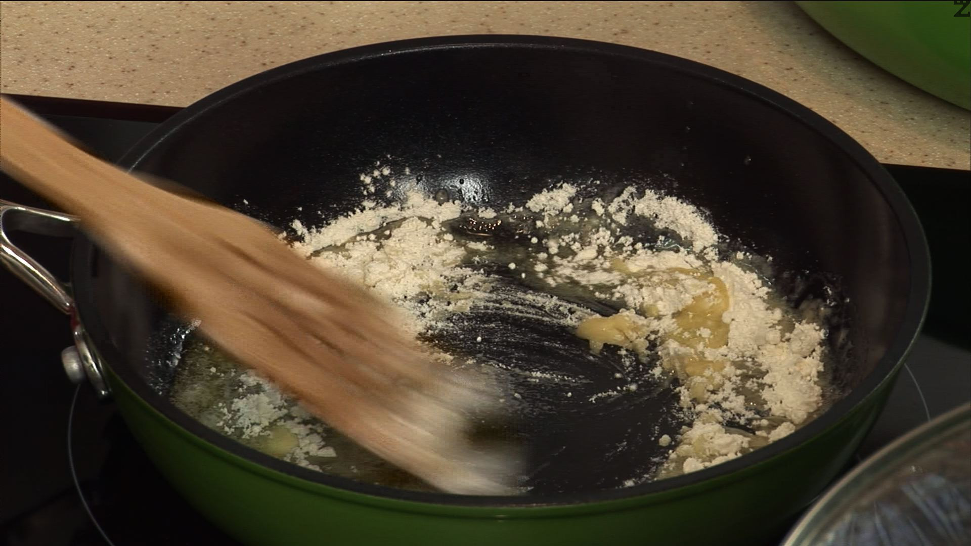 Запържваме маслото и пшеничното брашно, докато се получи ароматна смес.