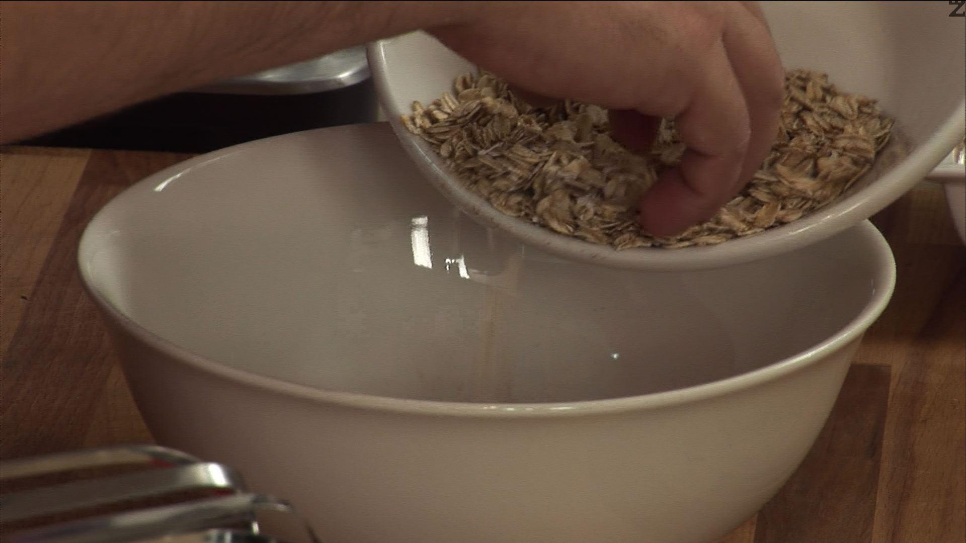 Прибавяме към едрите овесени ядки брашното, кафявата захар, маслото и канелата.