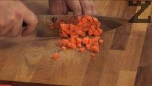 Нарязваме моркова на дребни кубчета.