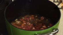 Прибавяме ги към моркова, заедно с ½ литър телешки бульон.