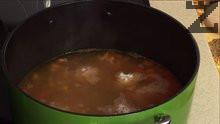 Овалваме готовите вече кюфтенца в брашно и когато зеленчуците са поомекнали/след около 10-15 минути/, слагаме в чорбата топченцата.