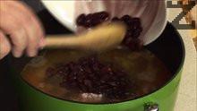 Прибавяме още ½ литър телешки бульон, сварения червен фасул и снопчетата фиде.
