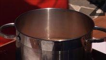 Взимаме фасула, който предварително сме измили и потопили във вода.