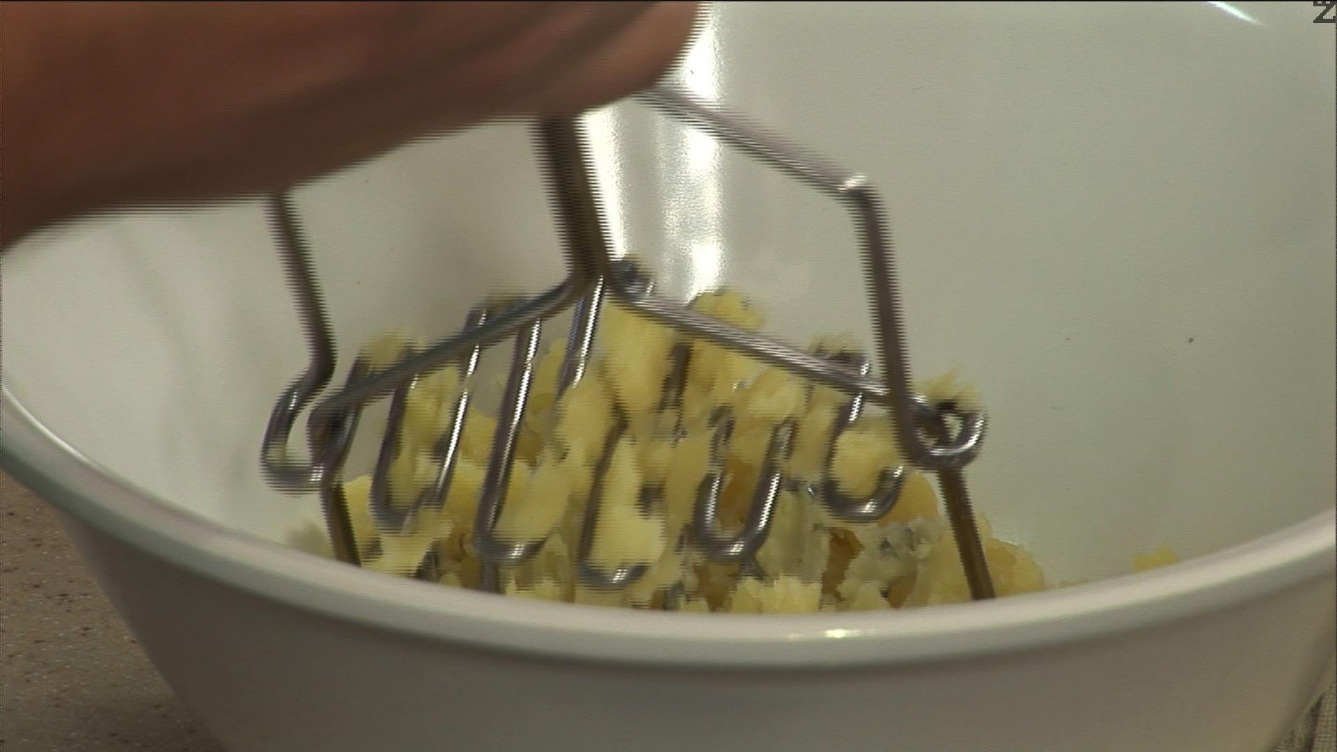 Смачкваме сварените картофи на пюре, посоляваме. Изсипваме картофите в брашното, заедно с разтопеното масло и пръжките с лук.