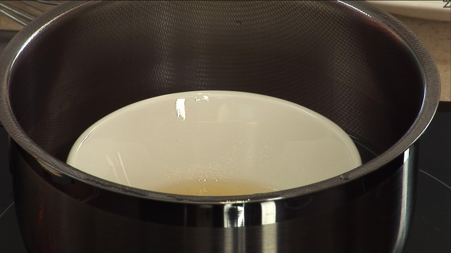 Смесваме желатина с 50 мл студена вода. Разтваряме го на водна баня, като следим течността да не заври.
