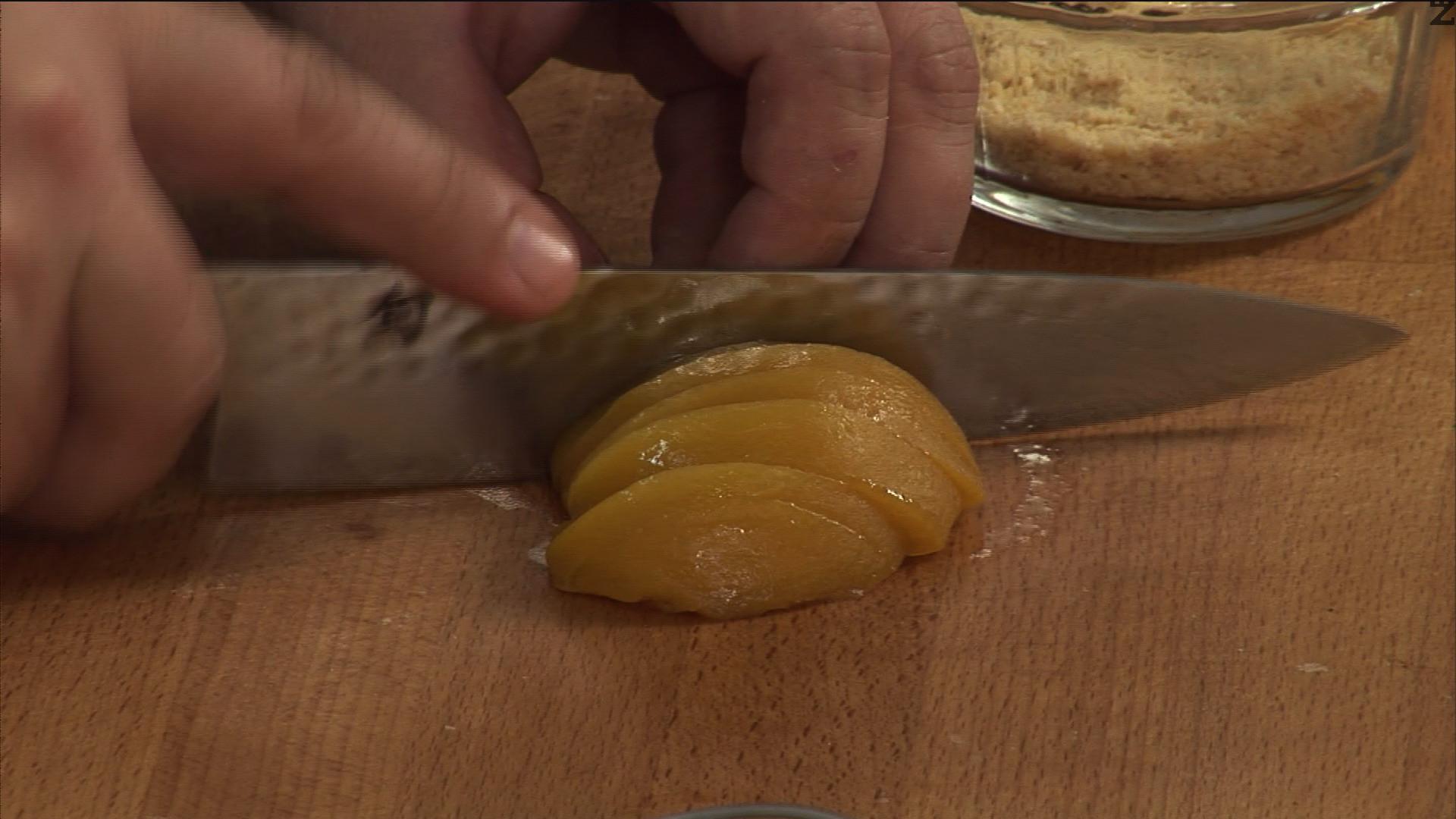 Нарязваме прасковите на ивички. Поставяме ги върху бисквитите в купичките.