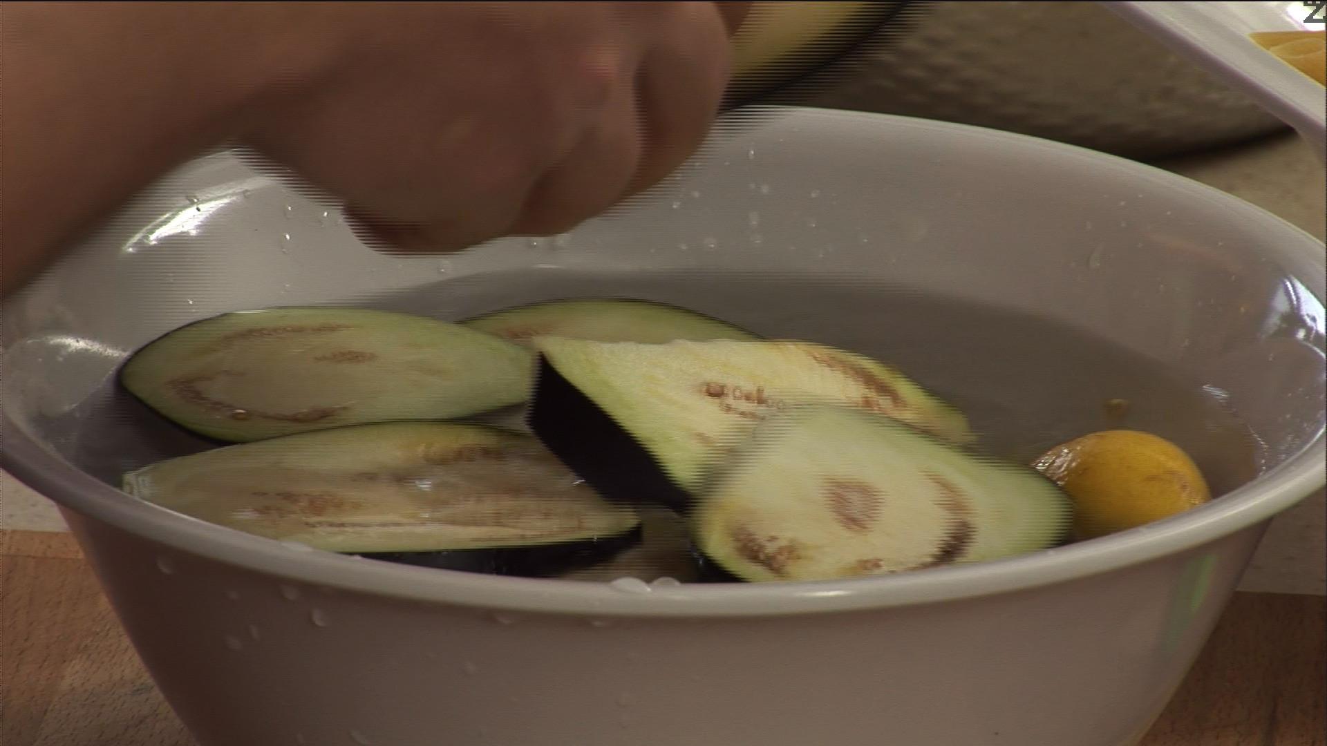 Накисваме патладжана в подсолена вода със сока от ½ лимон.