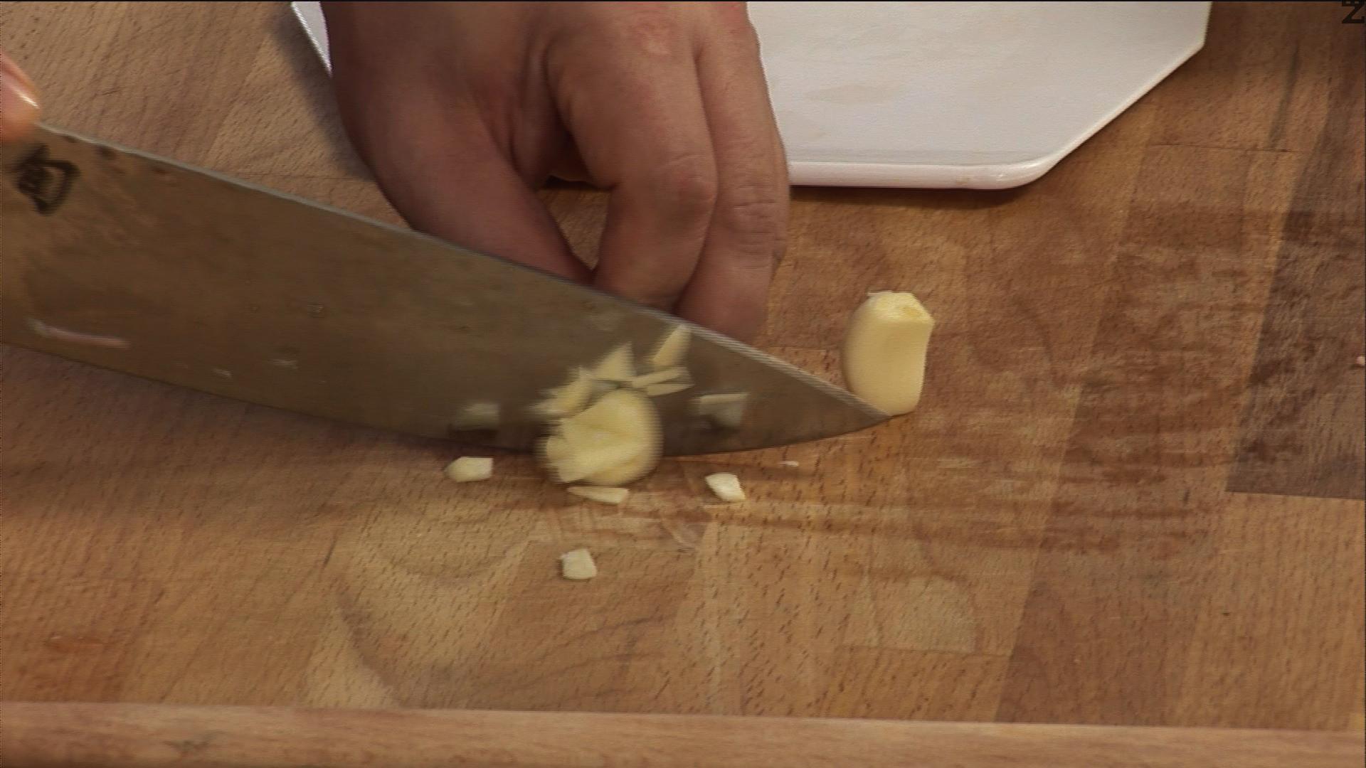 Нарязваме скилидките чесън на по-едри парченца.