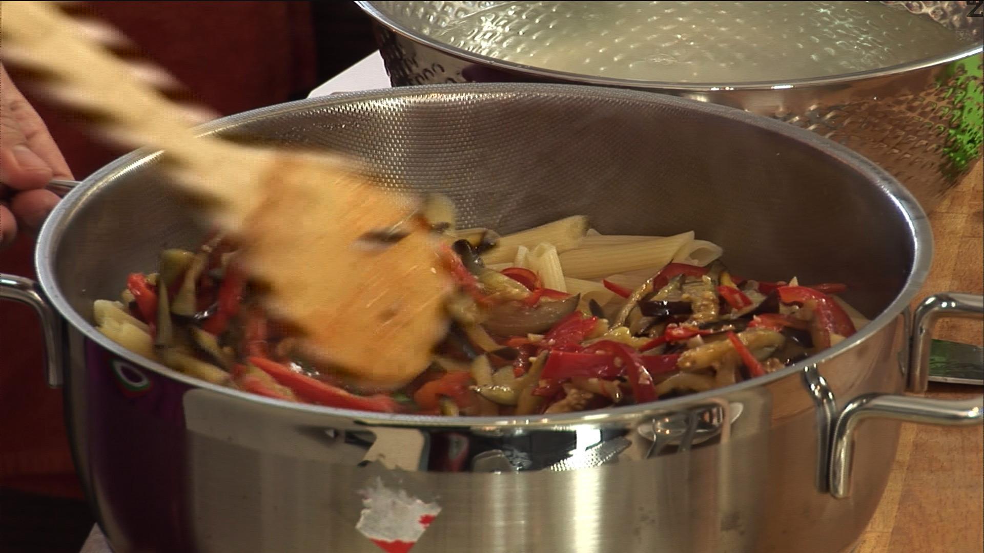 Отцеждаме пастата и към нея прибавяме 1 черпак от бульона, в който е варена, добавяме доматите ,и останалите зеленчуци, отгоре- бекона ,и настъргваме пармезан/ сирене грана падано.
