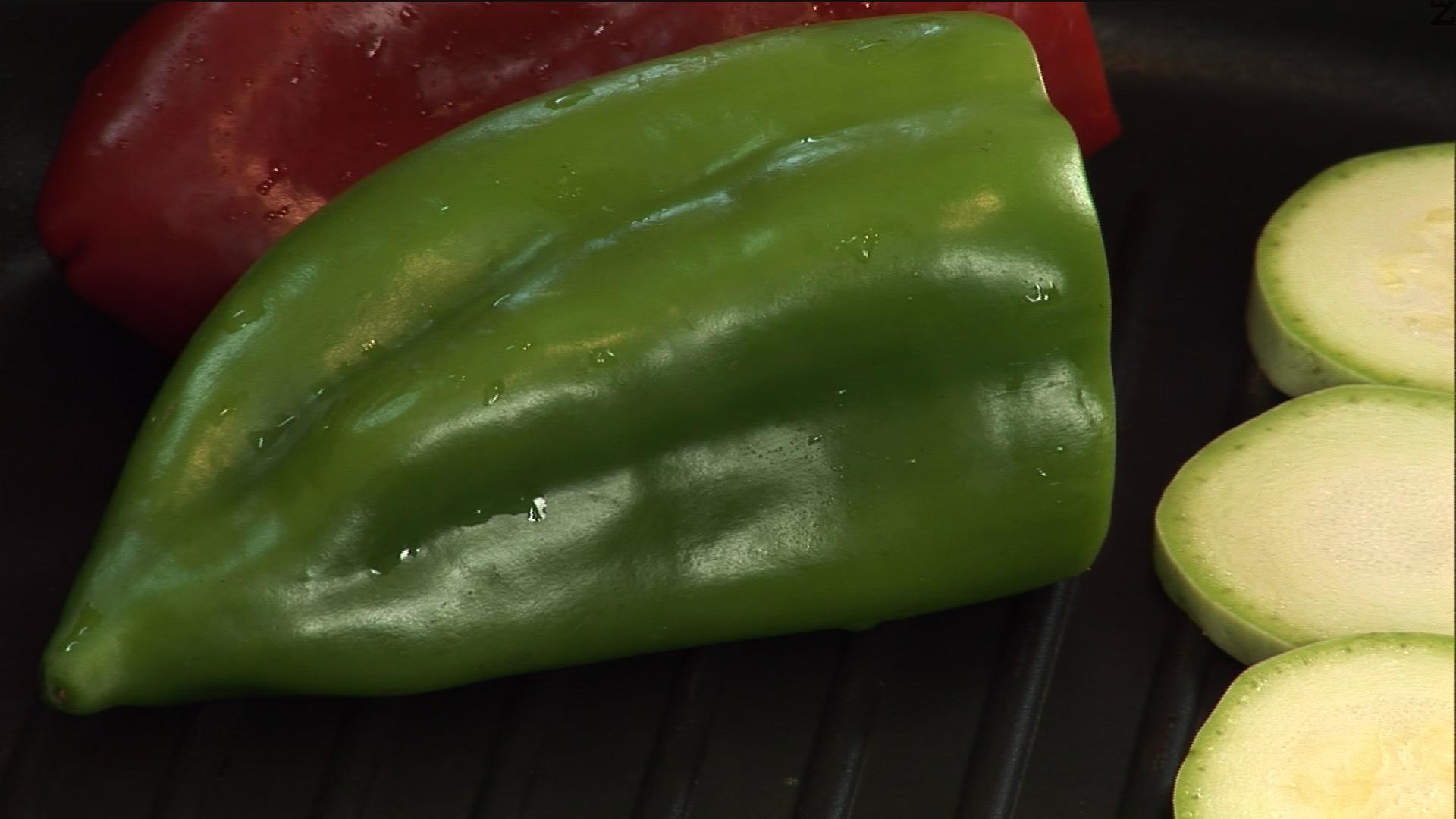 Целите червени и зелени чушки ги слагаме до тиквичките.