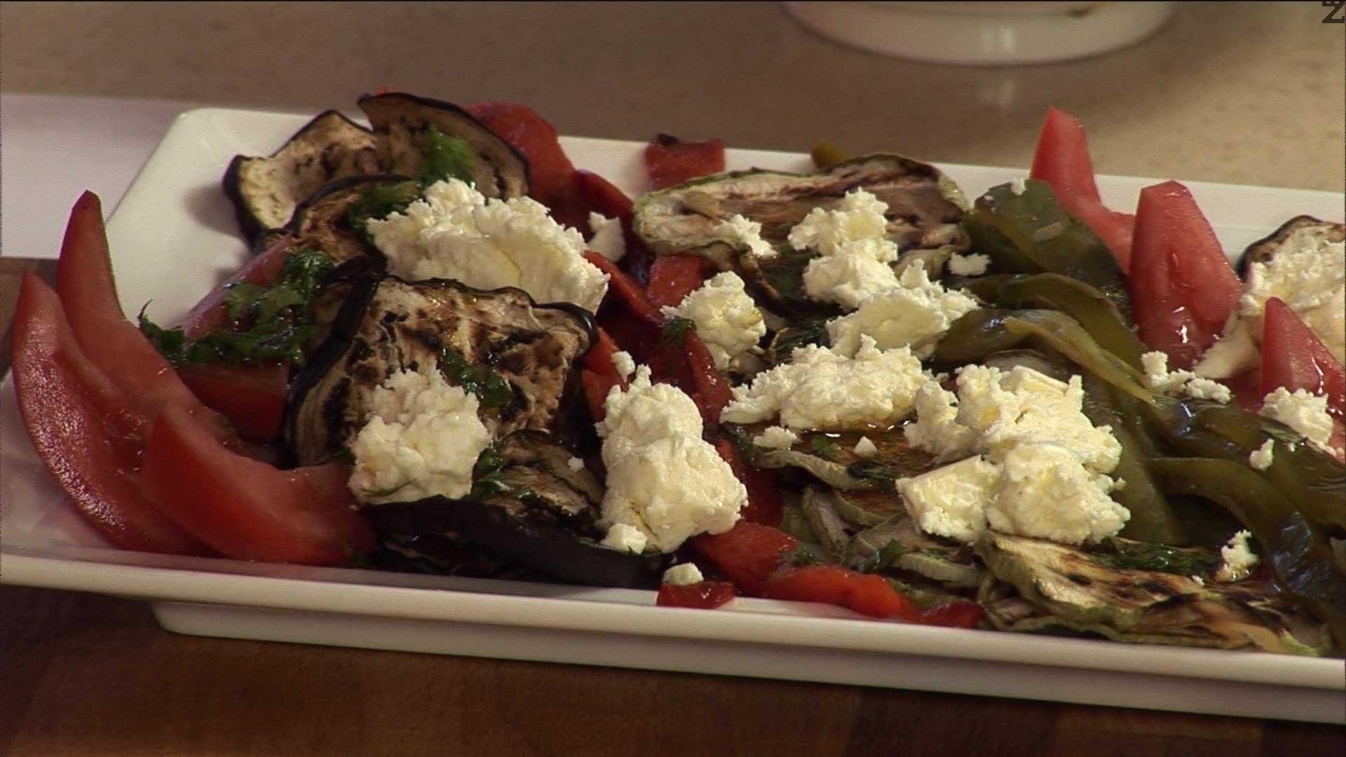 Сервираме в блюдо, като поливаме зеленчуците със соса и върху тях натрошаваме сирене.